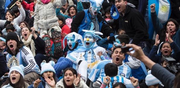 Argentinos fazem festa com música que exalta Maradona e brinca com Pelé