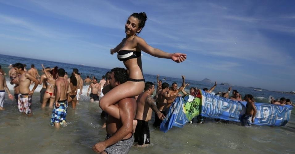 Argentinos invadem o mar de Copacabana para comemorar classificação para as semifinais após 24 anos