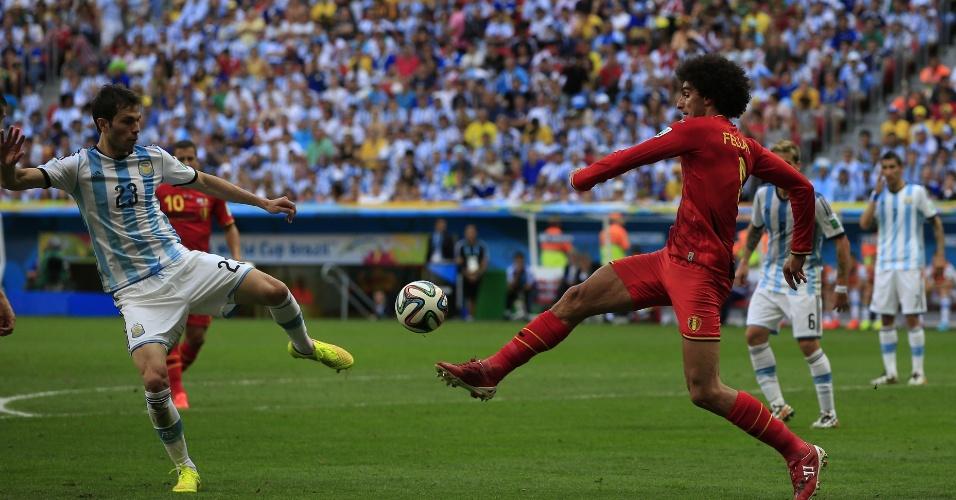 Basanta e Fellaini disputam bola durante Argentina e Bélgica, no Mané Garrincha