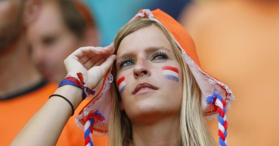 Bela torcedora da Holanda se prepara para acompanhar partida na Fonte Nova