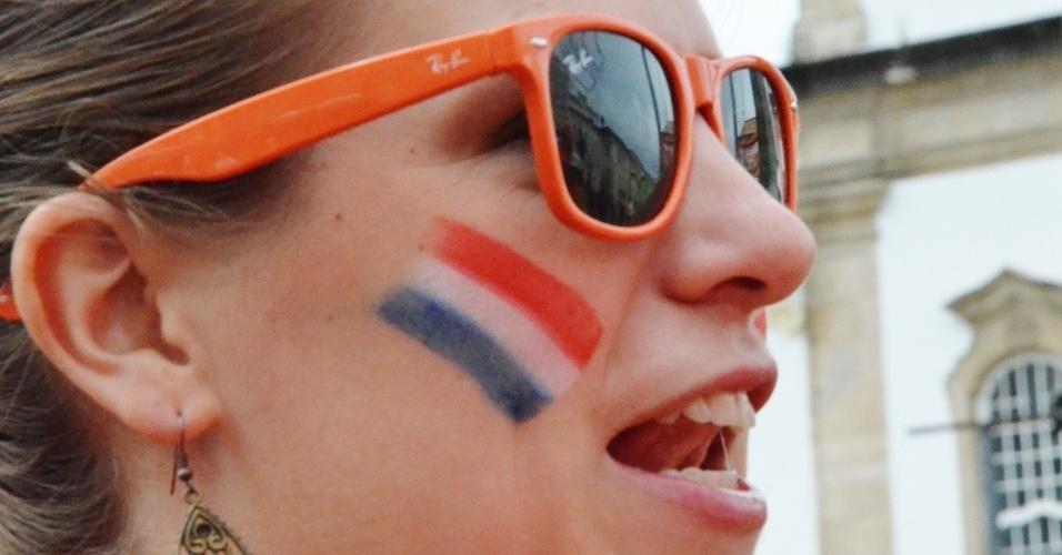 Belas torcedoras da Holanda marcam presença no centro de Salvador horas antes da partida contra a Costa Rica, na Arena Fonte Nova