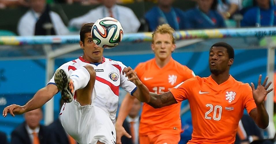Borges domina a bola enquanto é marcado de perto por Wijnaldum durante Holanda e Costa Rica, em Salvador