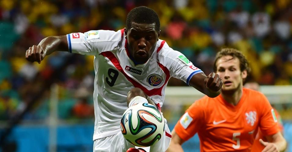 Campbell domina a bola em ataque da Costa Rica durante partida contra a Holanda