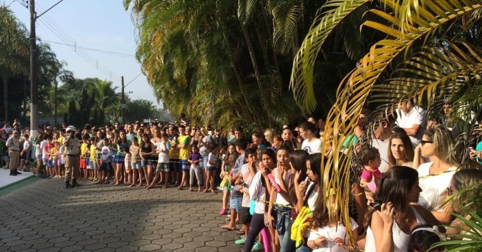 Centenas de pessoas esperam por Neymar em frente à sua casa em um condomínio no Guarujá