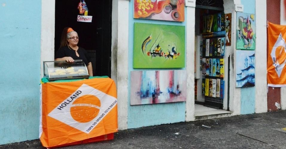 Comerciante aproveita clima da Copa e enfeita fachada da sua loja com as cores da Holanda