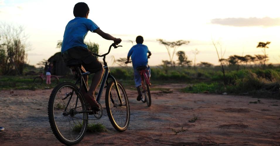 Meninos brincam de bicicleta em uma tarde na Aldeia Sassoró, na cidade de Tacuru