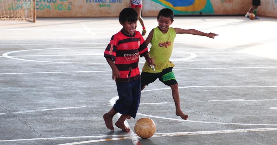Meninos da Sassoró jogam bola em quadra esportiva que fica dentro da comunidade indígena