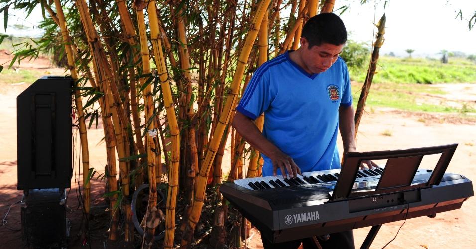 Adolescente toca órgão elétrico em uma tarde de distração dentro da Aldeia Sassoró, em Tacuru