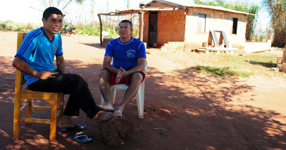 Eliseu Martins (à direita) é diretor de escola municipal dentro da Sassoró e um dos líderes no trabalho de conscientização da juventude local