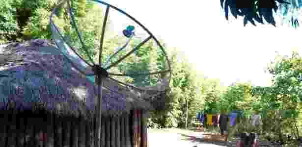 Antena parabólica é usada em residência de índios da Aldeia Sassoró - Junior Lago/UOL
