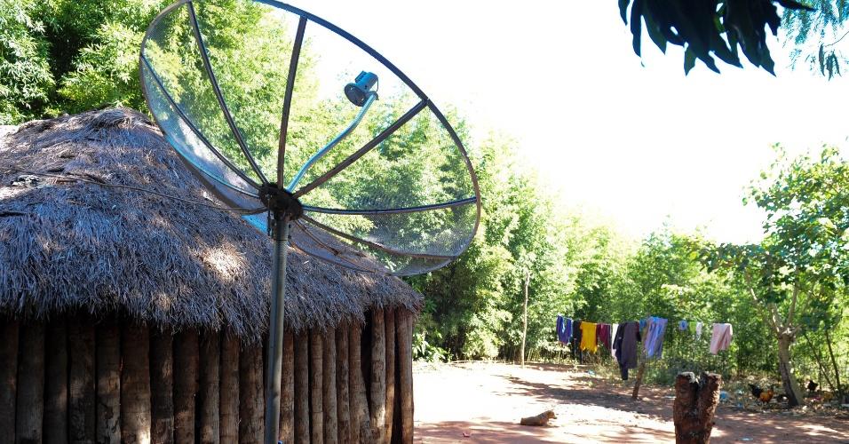 Mesmo em habitações mais simples, os índios da Aldeia Sassoró contam com luz elétrica e até TV por satélite