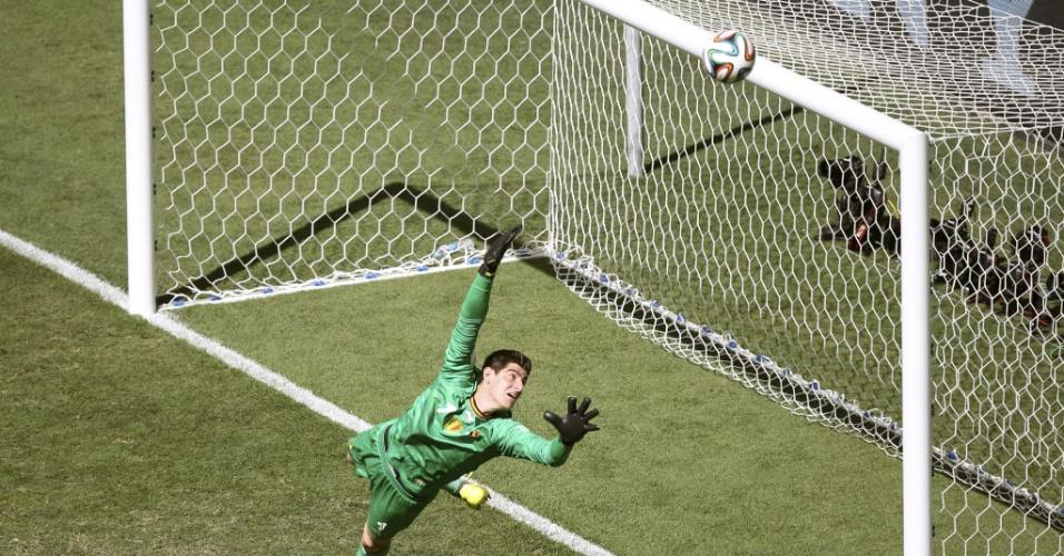 Courtois, goleiro da Bélgica, observa a bola passar perto de seu travessão em partida contra a Argentina