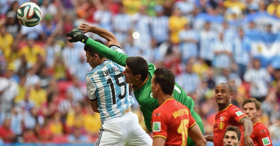 Courtois soca a bola e afasta perigo da área da Bélgica após cobrança de escanteio da Argentina