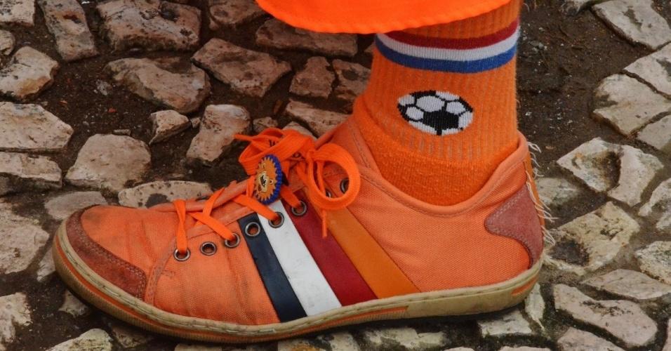Detalhe para o calçado estilizado de um torcedor holandês