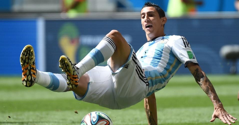 Di Maria cai ao tentar dominar a bola durante partida entre Argentina e Bélgica