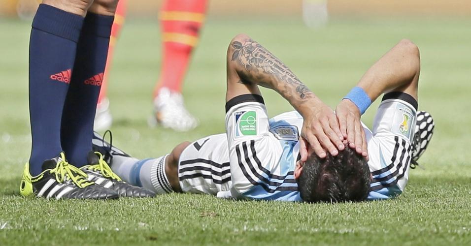 Di Maria fica caído no chão após sofrer lesão em partida contra a Bélgica