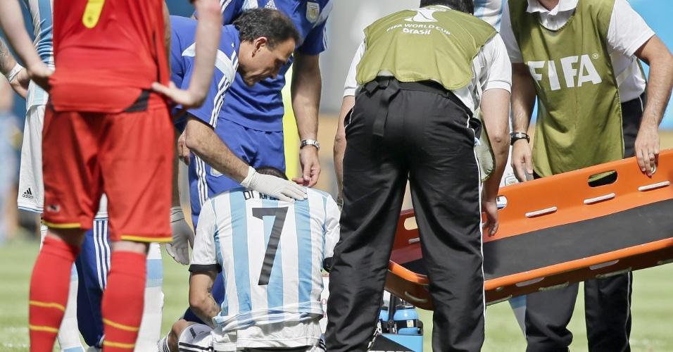 Di Maria precisou sair de maca do campo após sofrer lesão; jogador foi substituído ainda no primeiro tempo