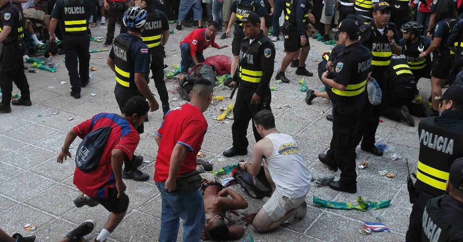 Em San José, capital da Costa Rica, três torcedores foram esfaqueados enquanto assistiam ao duelo contra a Holanda em telão