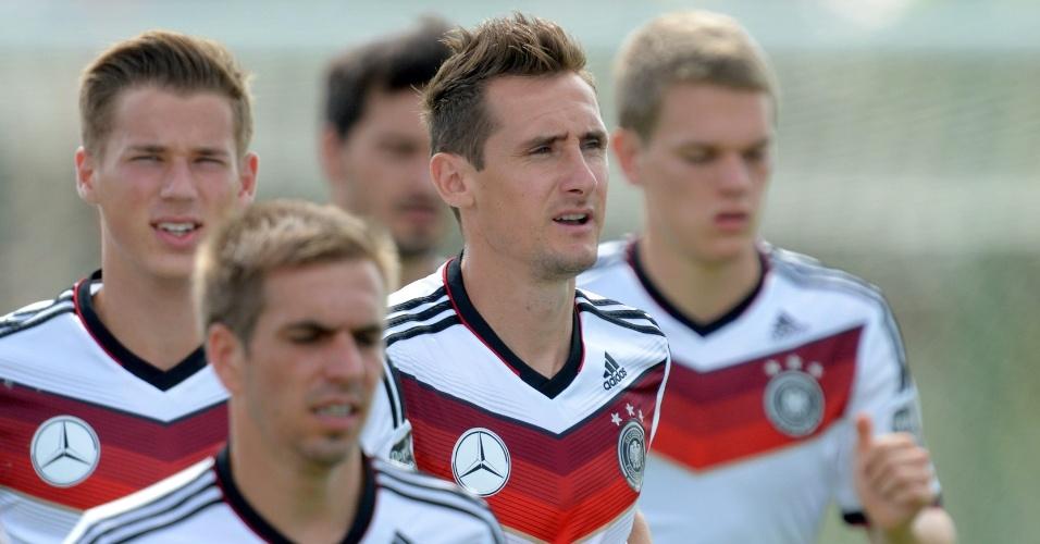 Erik Durm, Philipp Lahm, Miroslav Klose e Matthias Ginter (da esq. para dir.) correm durante treino da Alemanha