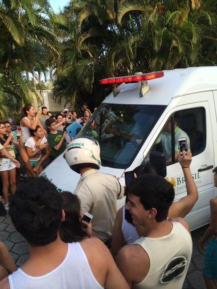Fãs cercam ambulância durante chegada de Neymar ao Guarujá
