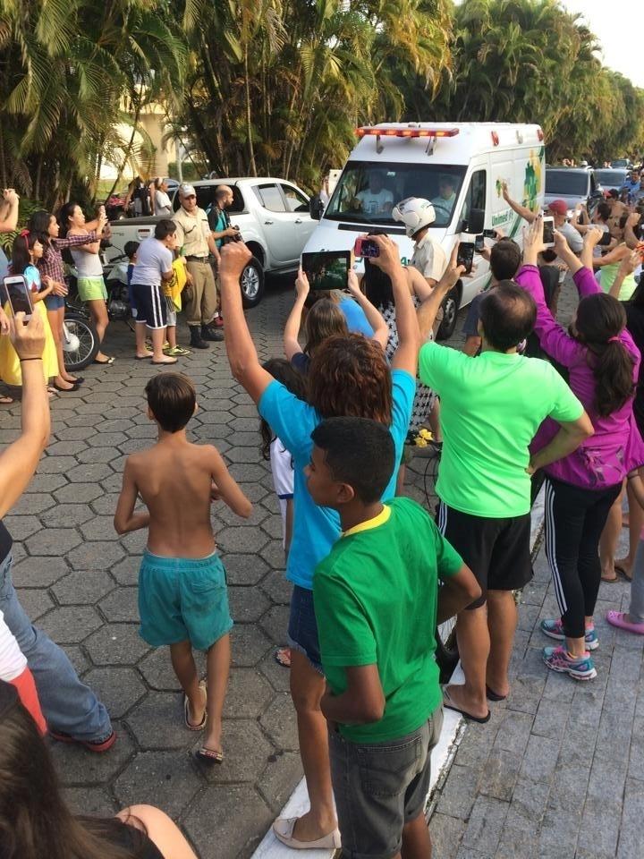 Fãs gritam durante a chegada da ambulância que levou Neymar ao Guarujá