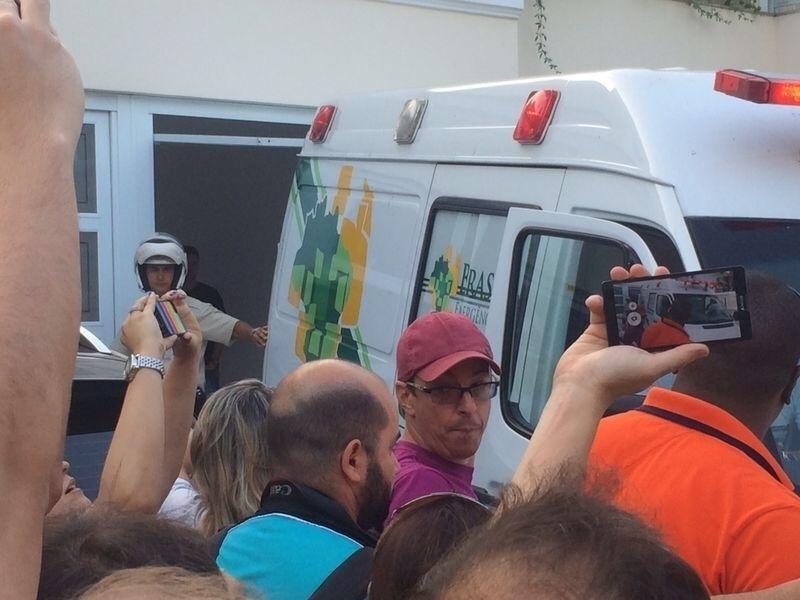 Fãs tentam fotografar chegada de Neymar à sua residência no Guarujá