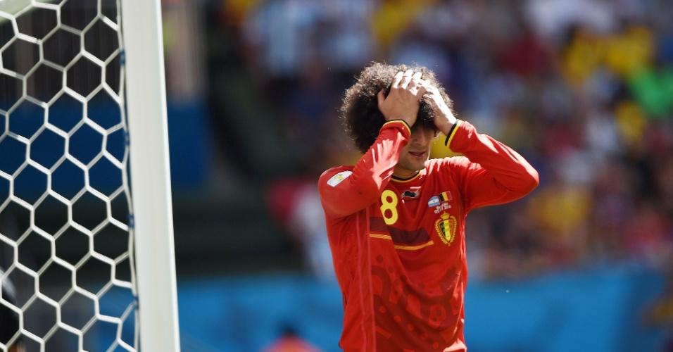 Fellaini leva as mãos à cabeça após perder boa chance de gol para a Bélgica