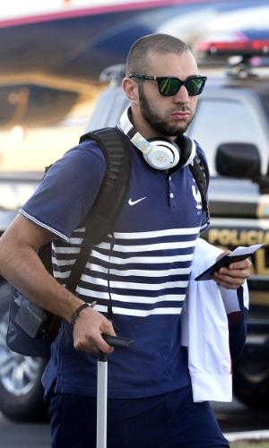 Francês Benzema deixa o hotel da seleção da França, em Ribeirão Preto, a caminho do aeroporto. Seleção eliminada da Copa pela a Alemanha vai deixar o Brasil neste sábado