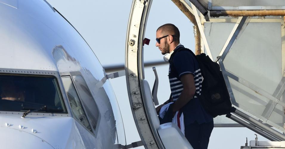 Francês Benzema entra em jatinho. Seleção francesa deixa Ribeirão Preto, onde se concentrou durante a Copa, neste sábado e segue de volta a Paris