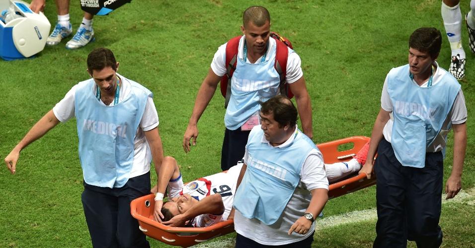 Gamboa precisou sair de maca de campo após se lesionar durante Holanda e Costa Rica, na Fonte Nova