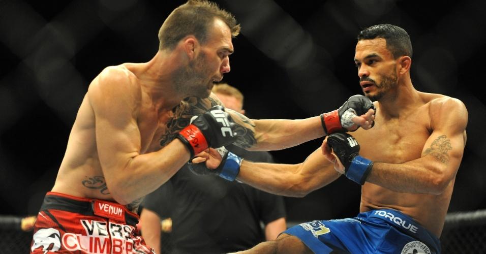 05.jul.2014 - George Roop (luva vermelha) tenta encaixar golpe em Rob Font, que venceu a luta no UFC 175 por nocaute