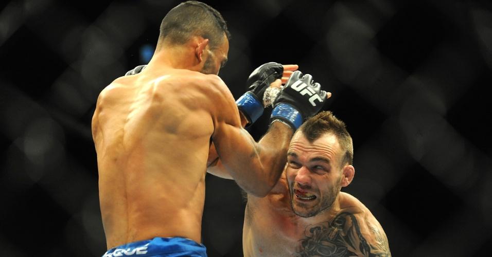 05.jul.2014 - George Roop tenta golpear Rob Font (luva azul) durante o card preliminar do UFC 175. Roop conseguiu a vitória por nocaute