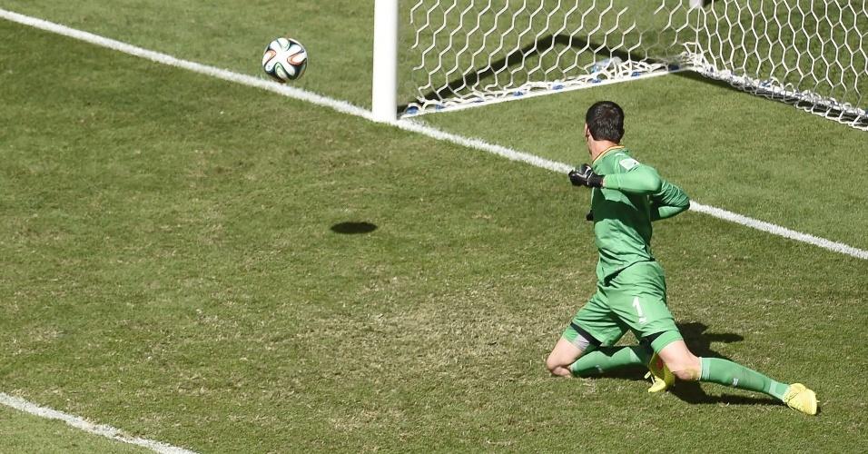 Goleiro belga Courtois observa a bola entrar em seu canto esquerdo no gol da Argentina