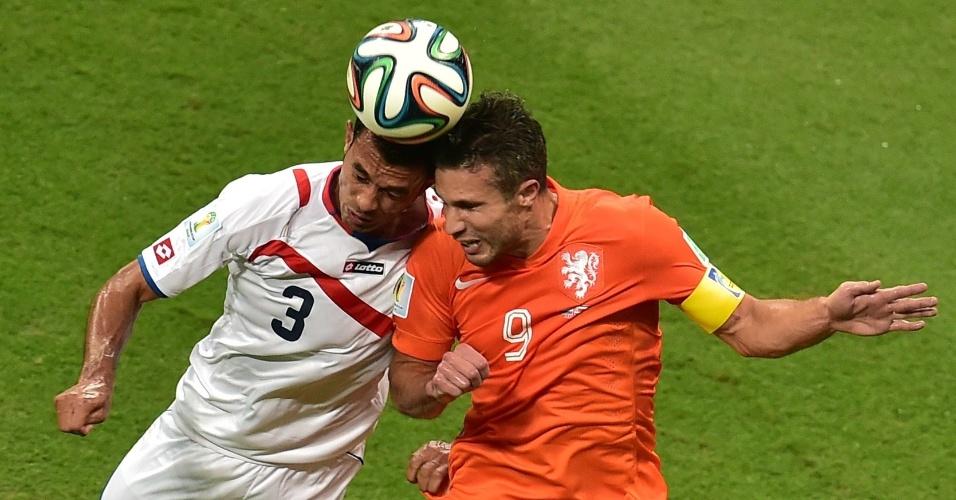 Gonzalez e Van Persie disputam bola pelo alto durante partida entre Holanda e Costa Rica