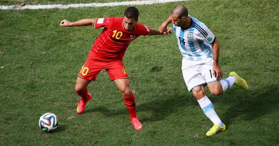 Hazard tenta se livrar da marcação de Mascherano em partida entre Argentina e Bélgica