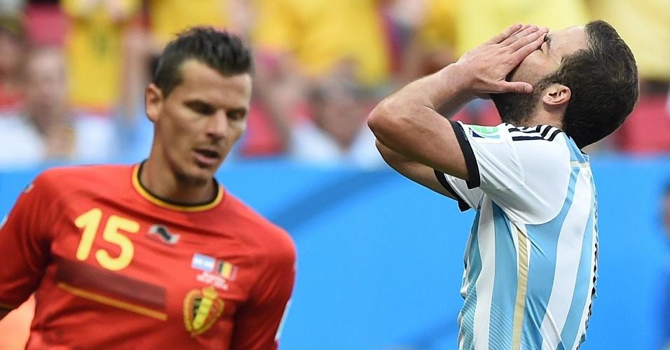 Higuain leva as mãos à cabeça após perder boa chance para a Argentina
