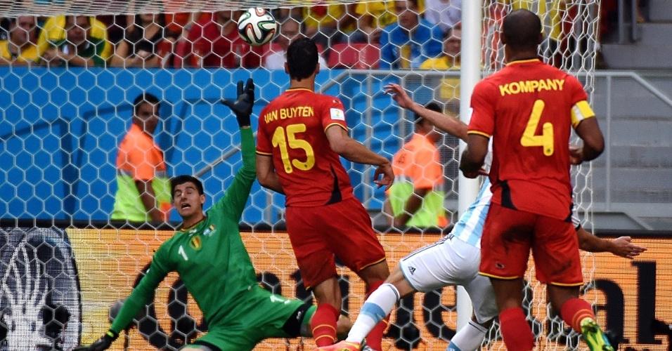 Higuain teve boa chance de ampliar para a Argentina, mas mandou a bola por cima do gol de Courtois