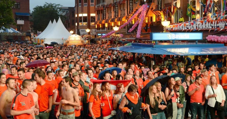 Holandeses assistem à partida contra a Costa Rica em telão na cidade de Eindhoven