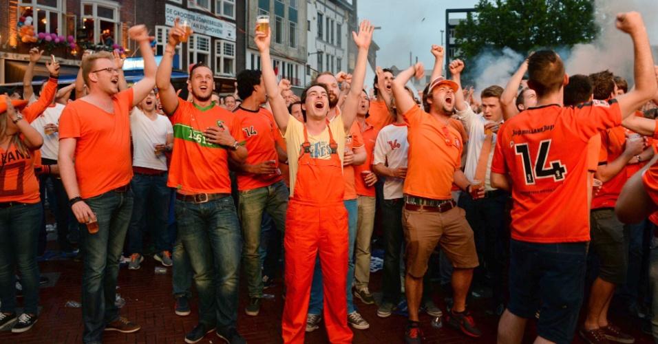 Holandeses comemoram classificação para as semifinais da Copa do Mundo pelas ruas de Eindhoven