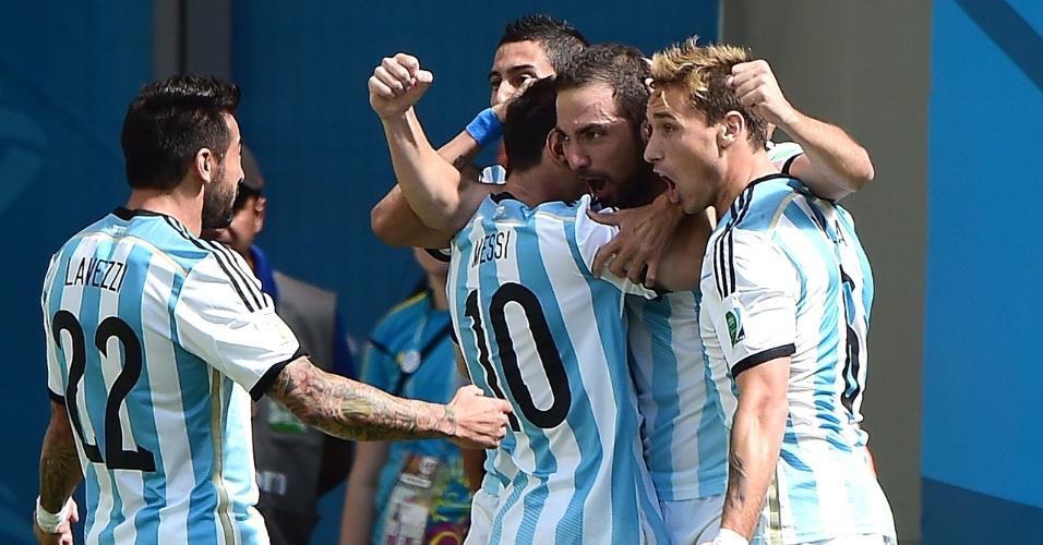 Jogadores da Argentina comemoram após Higuain abrir o placar para a equipe contra a Bélgica
