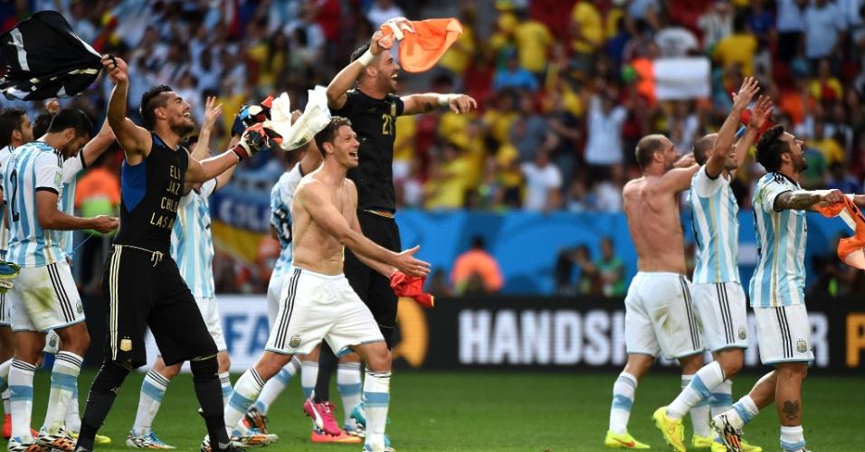 Jogadores da Argentina comemoram com a torcida após vitória sobre a Bélgica, no estádio Mané Garrincha