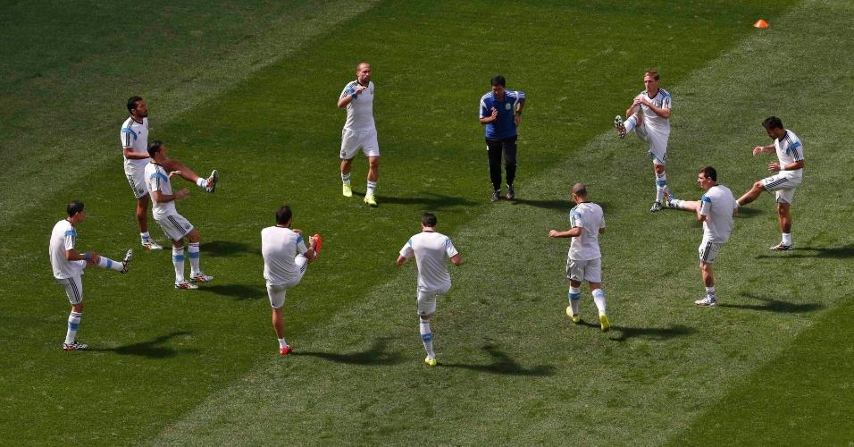 Jogadores da Argentina fazem aquecimento no gramado do Mané Garrincha