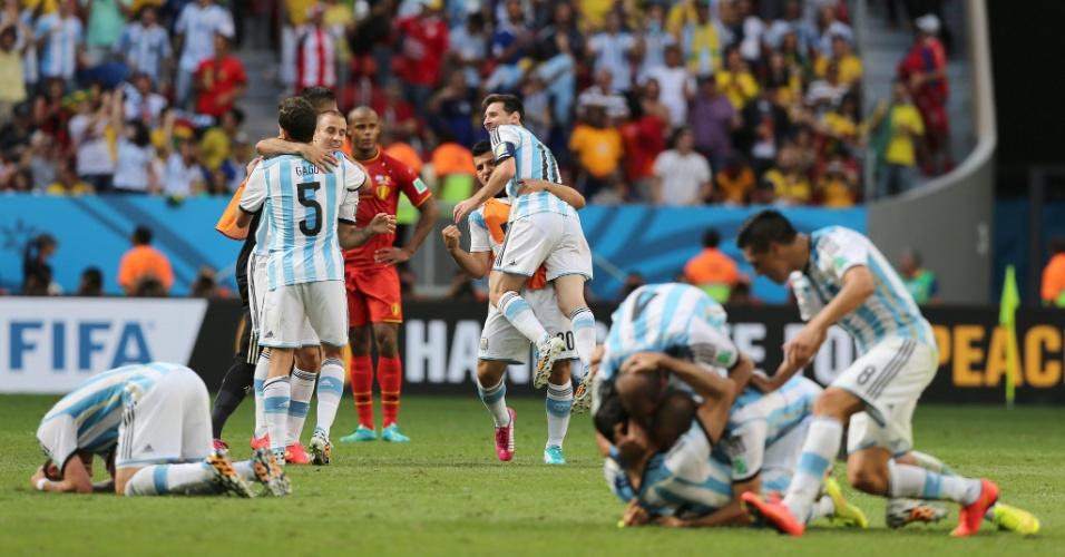 Jogadores da Argentina fazem festa após o fim da partida contra a Bélgica; equipe chega à semifinal da Copa após 24 anos