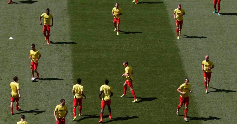 Jogadores da Bélgica fazem aquecimento no gramado do Mané Garrincha