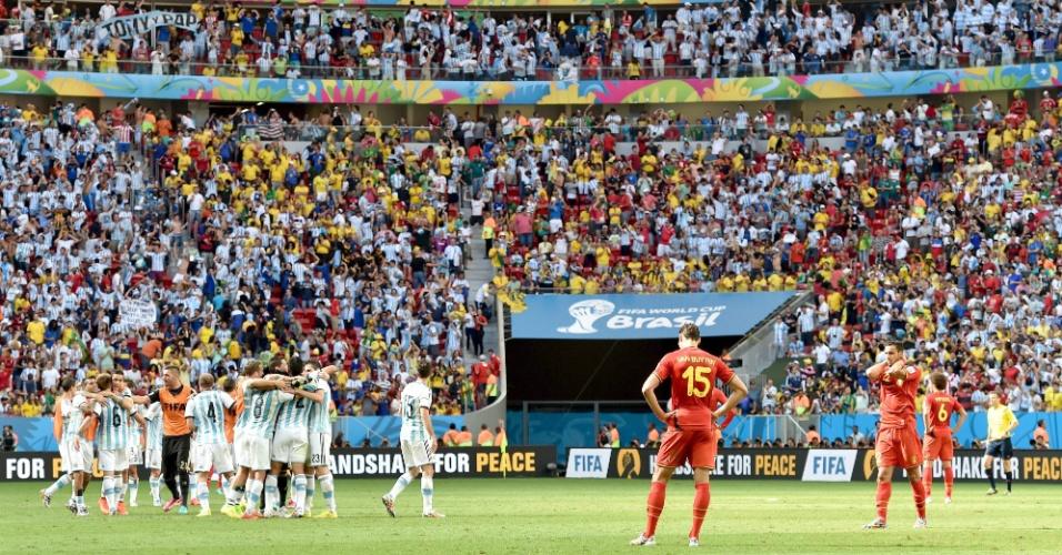Jogadores da Bélgica lamentam derrota, enquanto argentinos fazem a festa no gramado do estádio Mané Garrincha, em Brasília