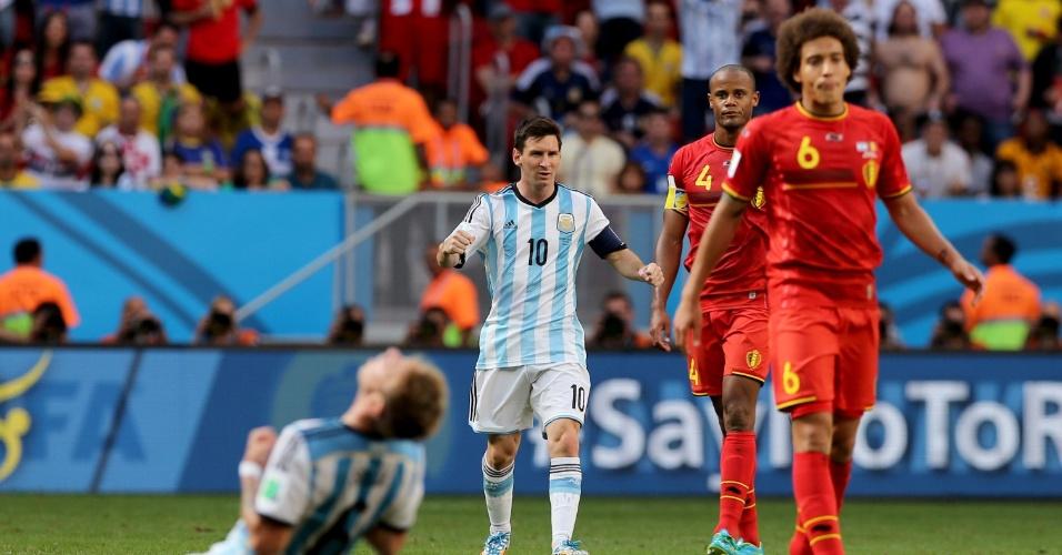 Jogadores da Bélgica mostram abatimento após derrota; já os argentinos comemoram