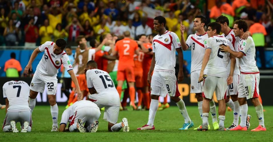 Jogadores da Costa Rica mostram abatimento com a derrota para a Holanda nos pênaltis