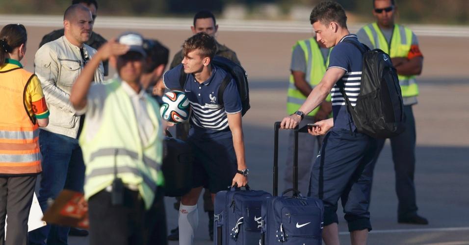 Jogadores da França deixam Ribeirão preto, onde ficaram concentrados durante a Copa. Na foto, Griezmann aparece levando uma brazuca de lembrança para Paris