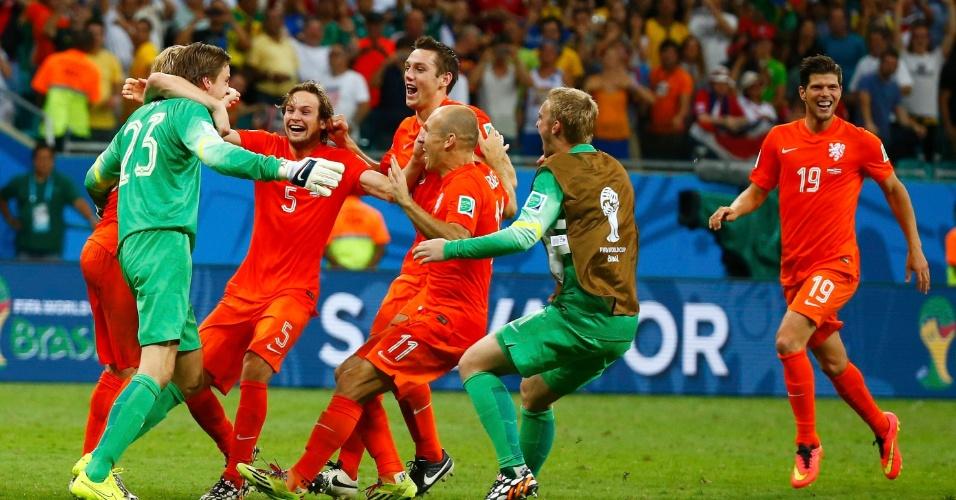 Jogadores da Holanda abraçam o goleiro Tim Krul após vitória, nos pênaltis, sobre a Costa Rica