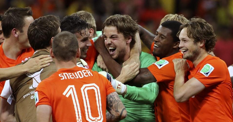 Jogadores da Holanda comemoram com o goleiro e herói Tim Krul a vitória sobre a Costa Rica e a classificação para a semi da Copa do Mundo